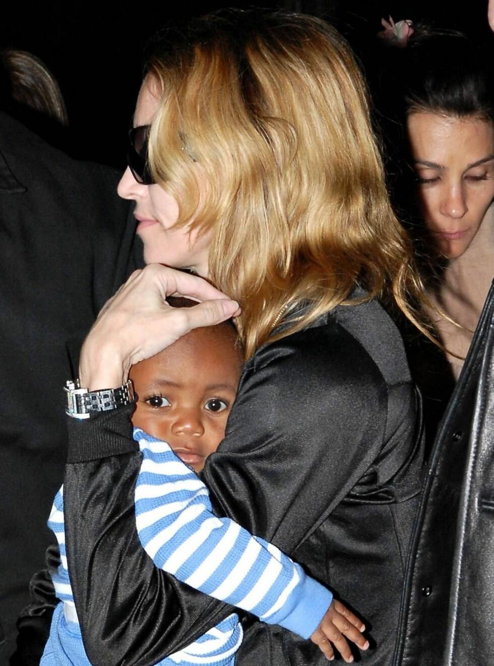 GLAD: Lille David ser på Madonna som mamma.  Foto: STELLA PICTURES
