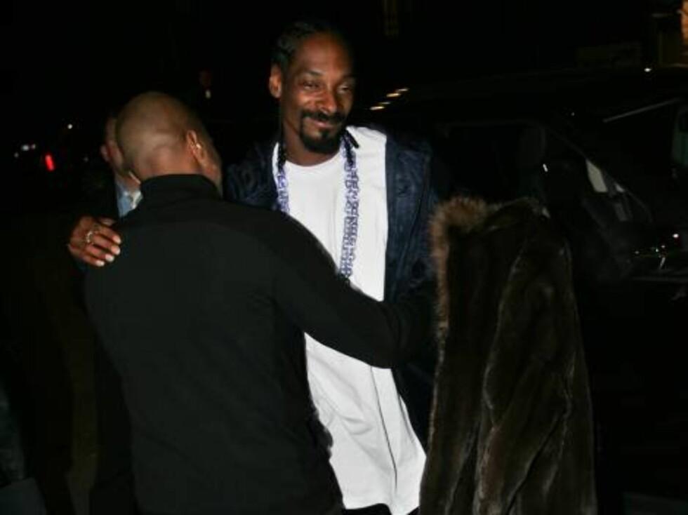 NACHSPIEL: Snoop får klem av fest-deltagerne. Foto: STELLA PICTURES