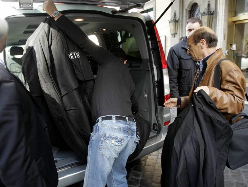 KJOLEN: Det er Armani som står bak Katies brudekjole. Her ankommer den hotellet. Foto: AP/Scanpix