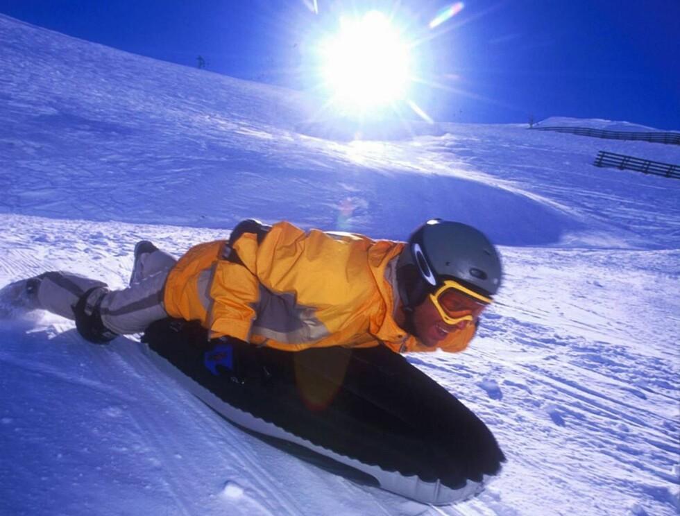 """I 100: ÅDet krever sin mann å sette utfor med """"Airbord"""" i Tirols ville vinterlandskap. Foto: TVB Serfaus"""