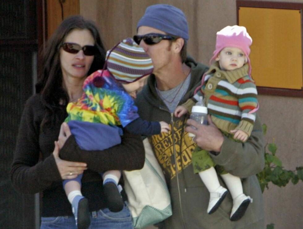 SØT FAMILIE: Julia med Danny, og deres søte tvillinger. Nå faller litt mer av byrdene på Danny - og barnepiken... Foto: All Over Press