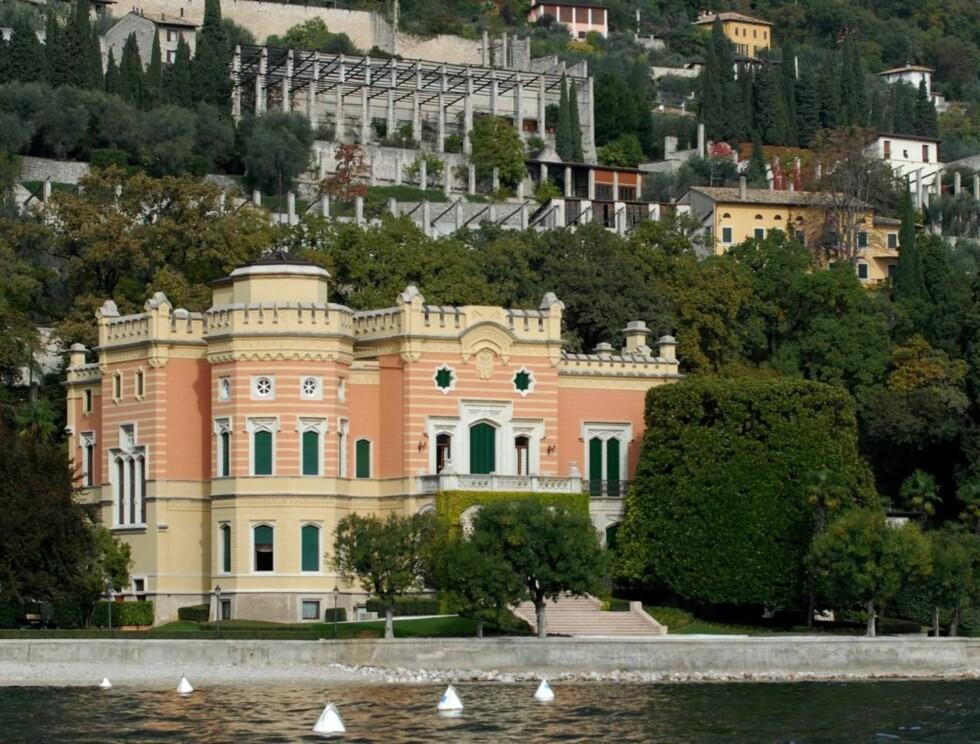 FEST: Det er trolig i diktatoren Mussolinis palass i Italia at Tom og Katie inviterer til fest. Foto: AP/Scanpix