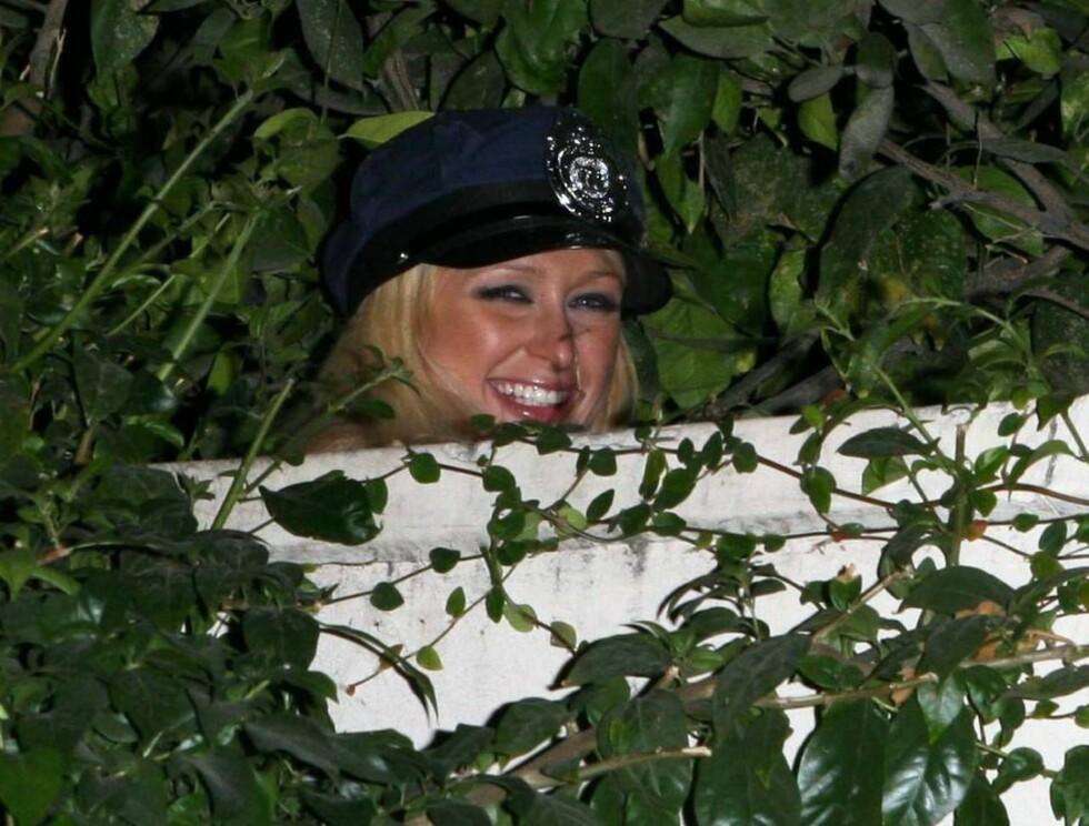 TITTEI!: Paris gjemmer seg i buskene. Er det naturen som kaller? Foto: All Over Press