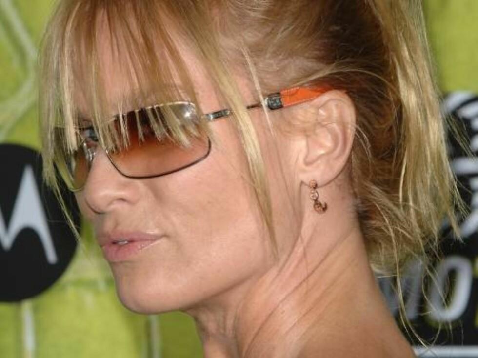 MOTOROLAS STJERNEFEST: Frustrerte fruer-stjernen Nicollette Sheridan troppet opp i solbriller. Foto: Stella Pictures