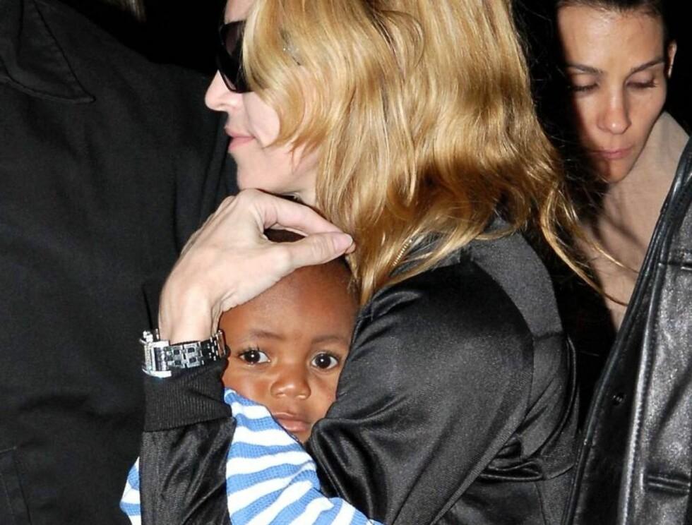 I MAMMAS ARMER: Madonna holdt lille David tett inntil seg på flyplassen. Foto: STELLA PICTURES