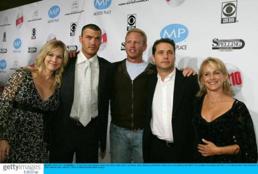 BEVERLY HILLS, CA - NOVEMBER 3:  (L-R) Former cast members Jennie Garth, Brian Austin Green, Ian Ziering, Jason Priestley and Gabrielle Carteris arrive at the Beverly Hills 90210: The Complete First Season DVD Party at The Beverly Hilton Hotel November 3, Foto: All Over Press