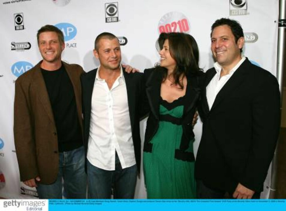 """BEVERLY HILLS, CA - NOVEMBER 03:  (L-R) Cast Members Doug Savant, Grant Show, Daphne Zuniga and producer Darren Star arrive at the """"Beverly Hills, 90210 The Complete First Season"""" DVD Party at the Beverly Hilton Hotel on November 3, 2006 in Beverly Hillls Foto: All Over Press"""