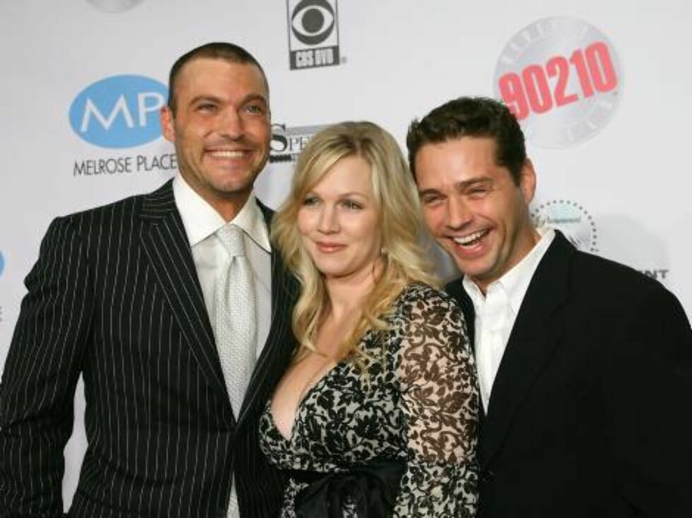 """BEVERLY HILLS, CA - NOVEMBER 03:  (L-R) Actors Brian Austin Green, Jennie Garth and Jason Priestley arrive at the """"Beverly Hills, 90210 The Complete First Season"""" DVD Party at the Beverly Hilton Hotel on November 3, 2006 in Beverly Hillls, California.  (P Foto: All Over Press"""