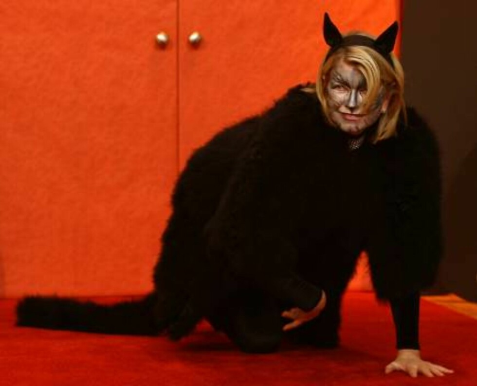"""In this photo supplied by Martha Stewart Living Omnimedia, Martha Stewart shows off her black cat Halloween costume at the studio for her television program """"The Martha Stewart Show,"""" in New York Tuesday, Oct. 31, 2006. Stewart's costume was set off by a Foto: AP"""