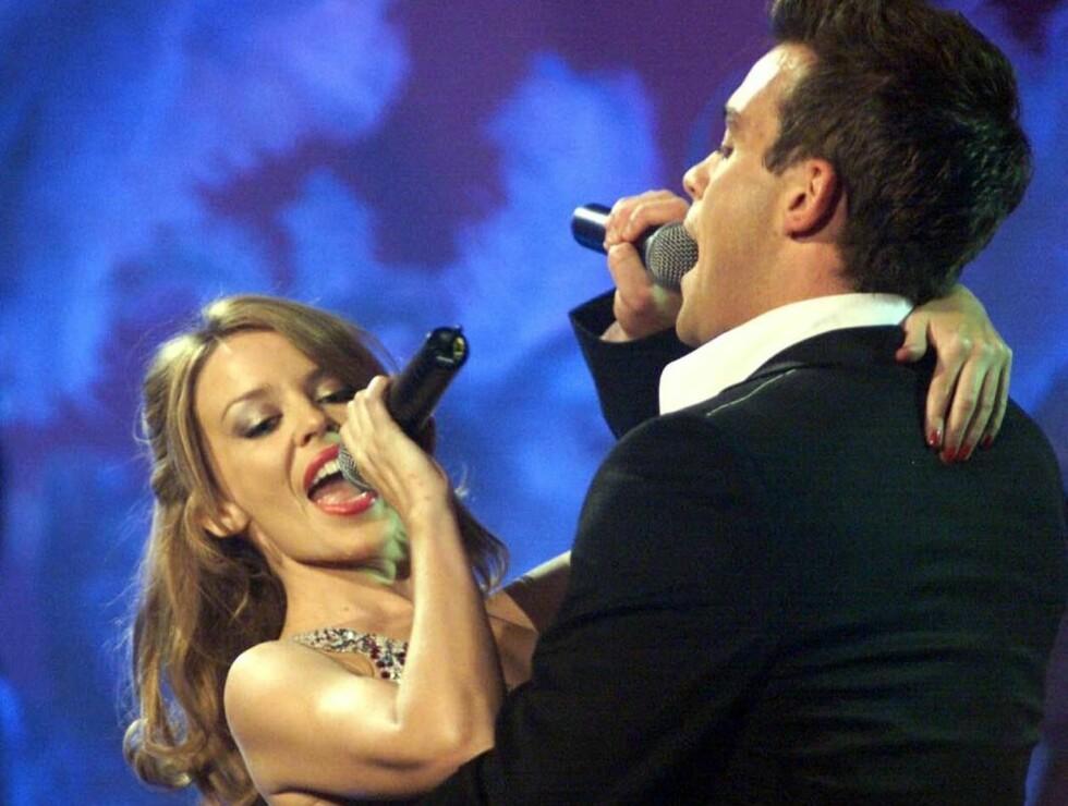 O HELGA JUL: Kylie og Robbie synger julen inn hjemme hos hennes foreldre. Foto: AP / SCANPIX