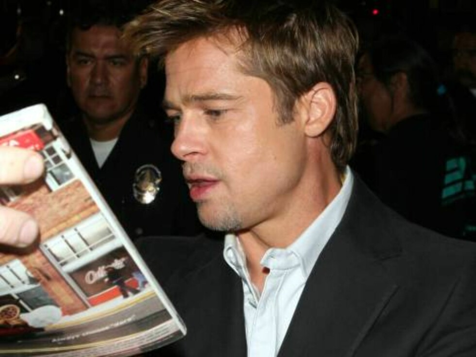 Brad Pitt signing autographs at Babel premiere in Westwood Nov 5, 2006 X17agency exclusive Foto: All Over Press