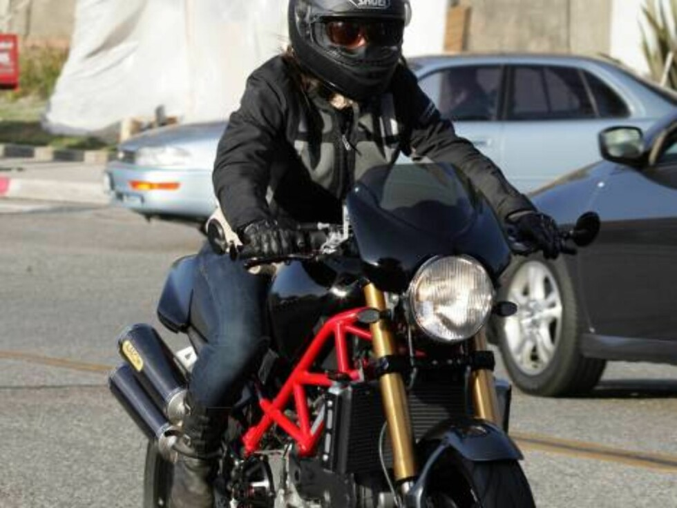 Brad Pitt? no, Alanis Morissette on her motorcycle in Malibu...  Nov1 2006 X17agency exclusive Foto: All Over Press