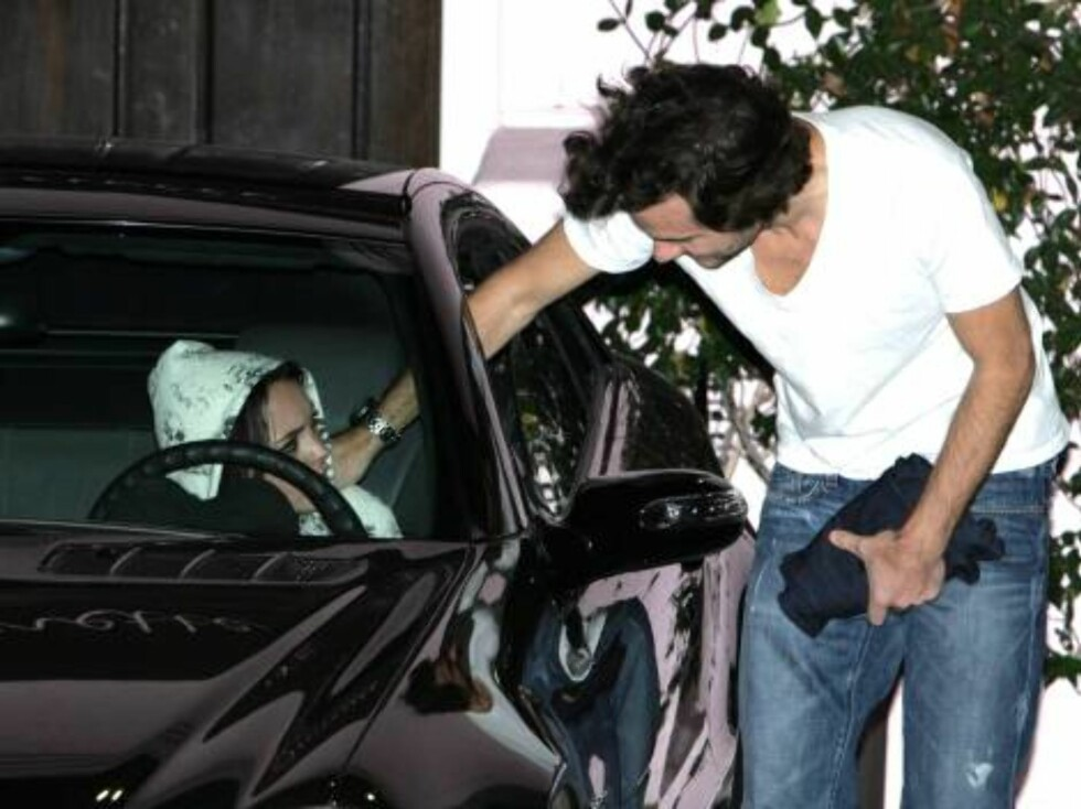 Lindsay Lohan at club Hyde talks to a mysterious man who touches her on the shoulder. Did she find a new boyfriend? Lindsay broke up with Harry Morton a month ago. Nov 6, 2006 X17agency EXCLUSIVE Foto: All Over Press