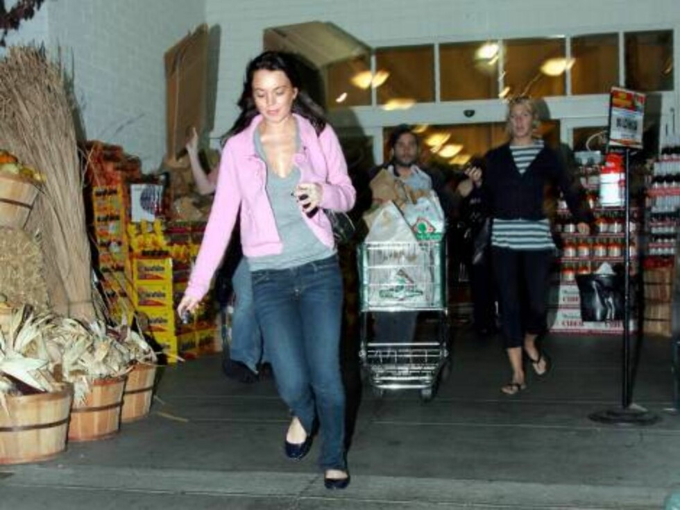 Lindsay Lohan leaving Bristol Farm grocery store with a friend does not want to be photographed Nov 5, 2006 X17agency EXCLUSIVE Foto: All Over Press