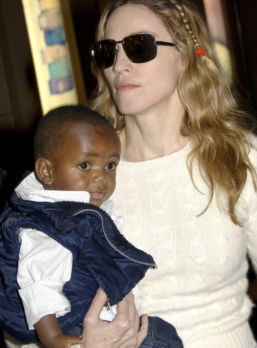 OMSTRIDT: Madonna har fått mye pepper etter adopsjonen, men David ser i hvert fall ut til å trives med situasjonen. Foto: AP