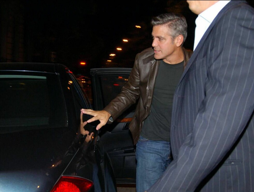 MÅTTE STØTTE SEG INN I BILEN: Geogre Clooney holdt det gående til 06 om morgenen i en nattklubb i Madrid. Etterpå var han ikke spesielt stø... Foto: Stella