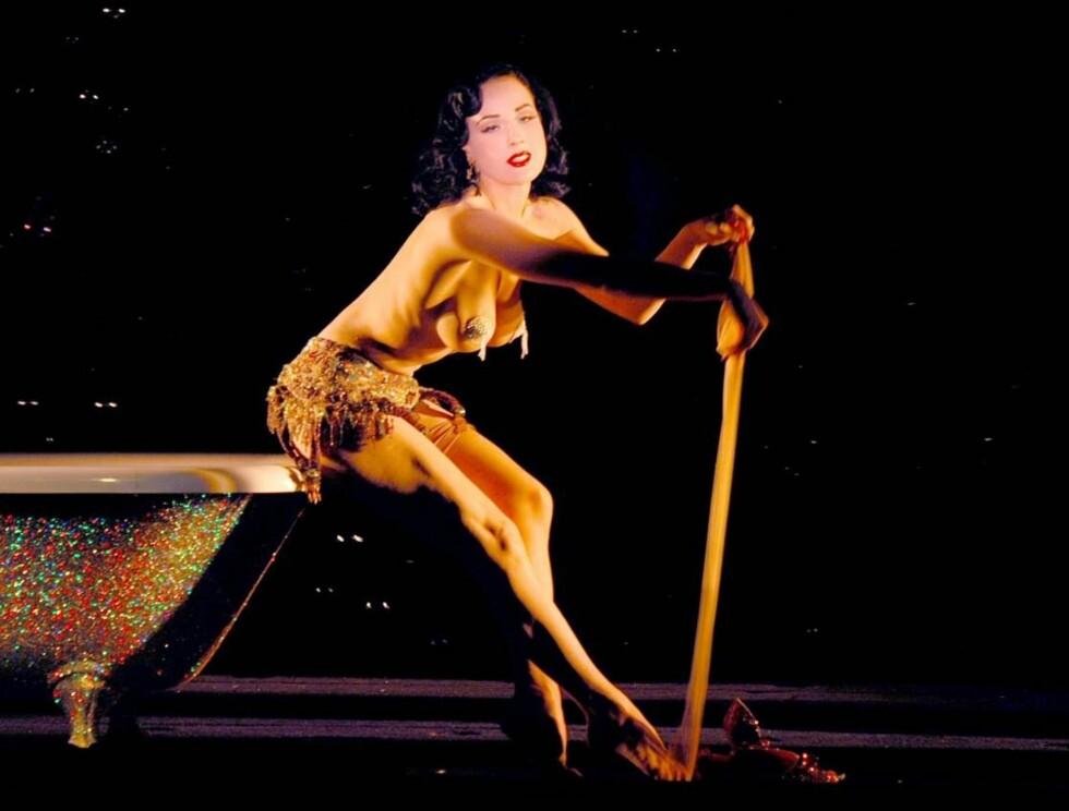 VÅGALT SHOW: Dita von Teese er kjent for å tøye strikken lenger enn de fleste i sine vågale show. Foto: Stella Pictures