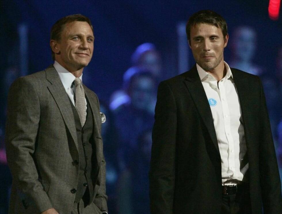 """I RAMPELYSET: Mads Mikkelsen delte ut pris under MTV Music Award sammen med Daniel """"James Bond"""" Craig i København torsdag. Foto: All Over Press"""