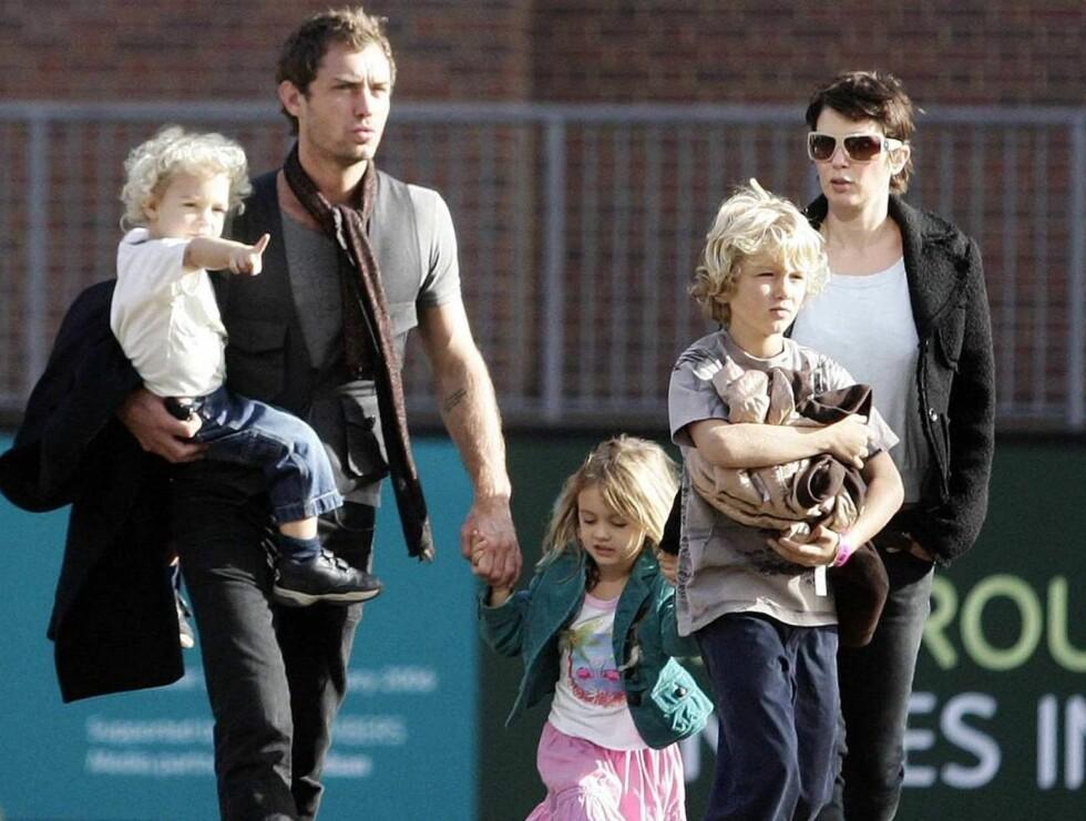 FAMILIELYKKE?: Jude Law og eks-kona Sadie Frost er stadig mer sammen. Her er de med barna Rudy (f.v), Iris og Rafferty.  Foto: All Over Press