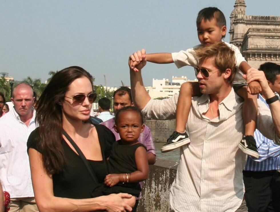NYSGJERRIG: Mens Angelina, Maddox og Brad ikke brydde seg om oppmerksomheten, tittet lille Zahara nysgjerrig inn i kameraene. Foto: AP/Scanpix