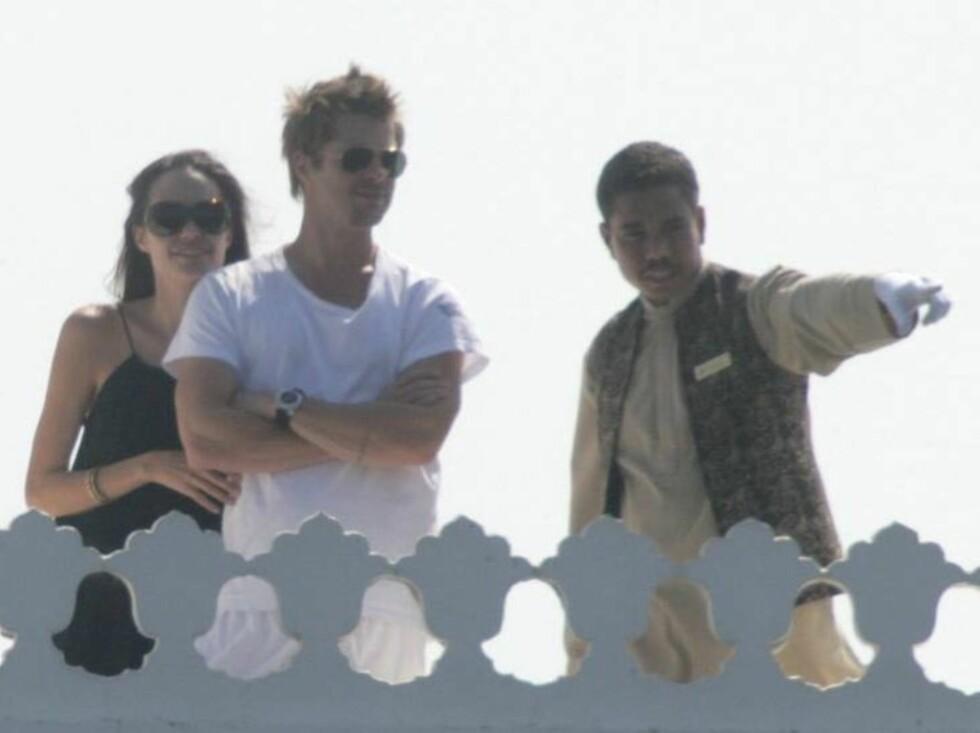 FULGTE MED: Brad og Angelina fulgte nøye med da de fikk guidet tur av en hotellansatt. Foto: Stella Pictures