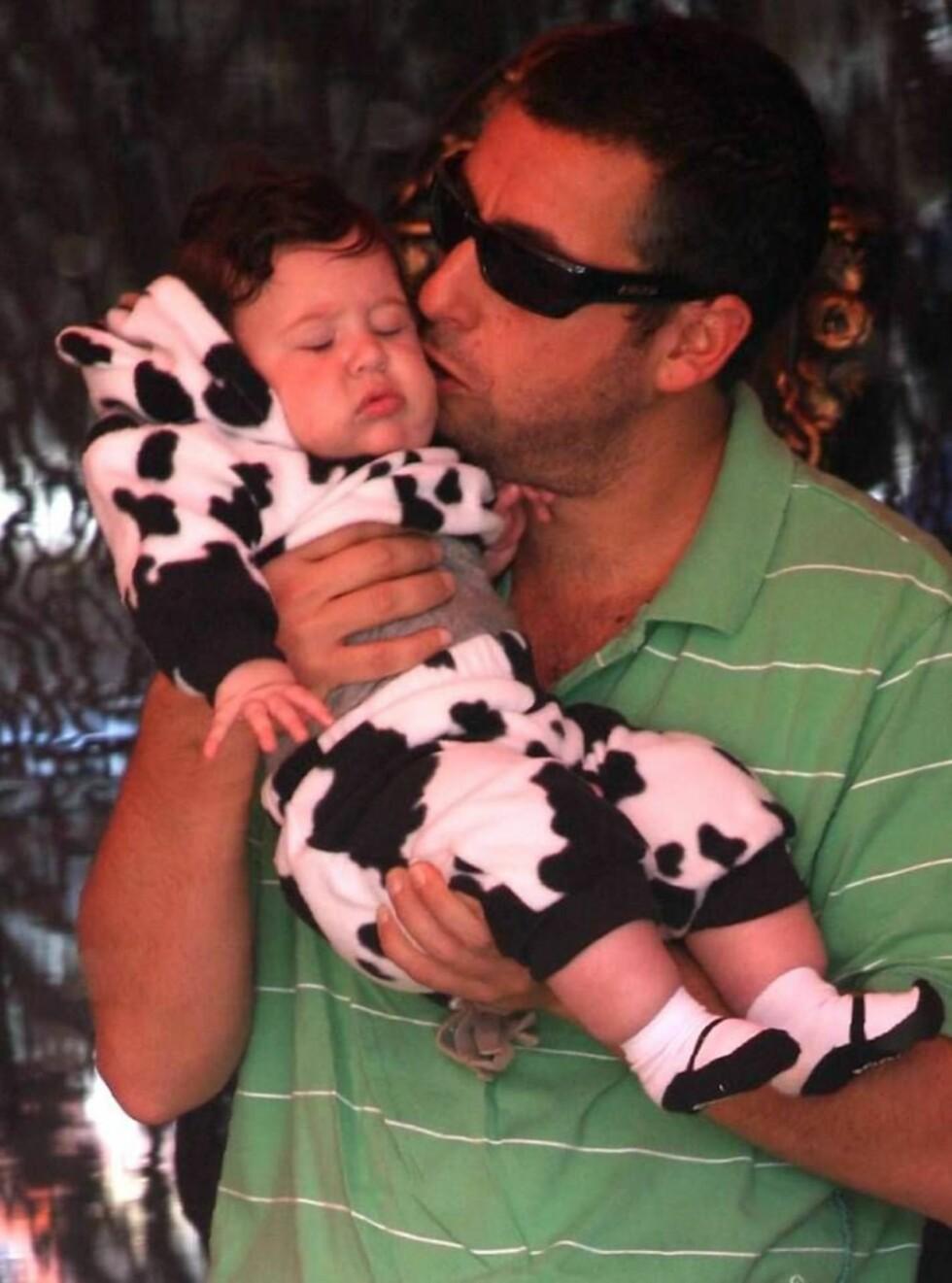 SMASK!: Pappa Adam Sandler er åpenbart svak for sin lille datter i kuantrekk. Foto: All Over Press
