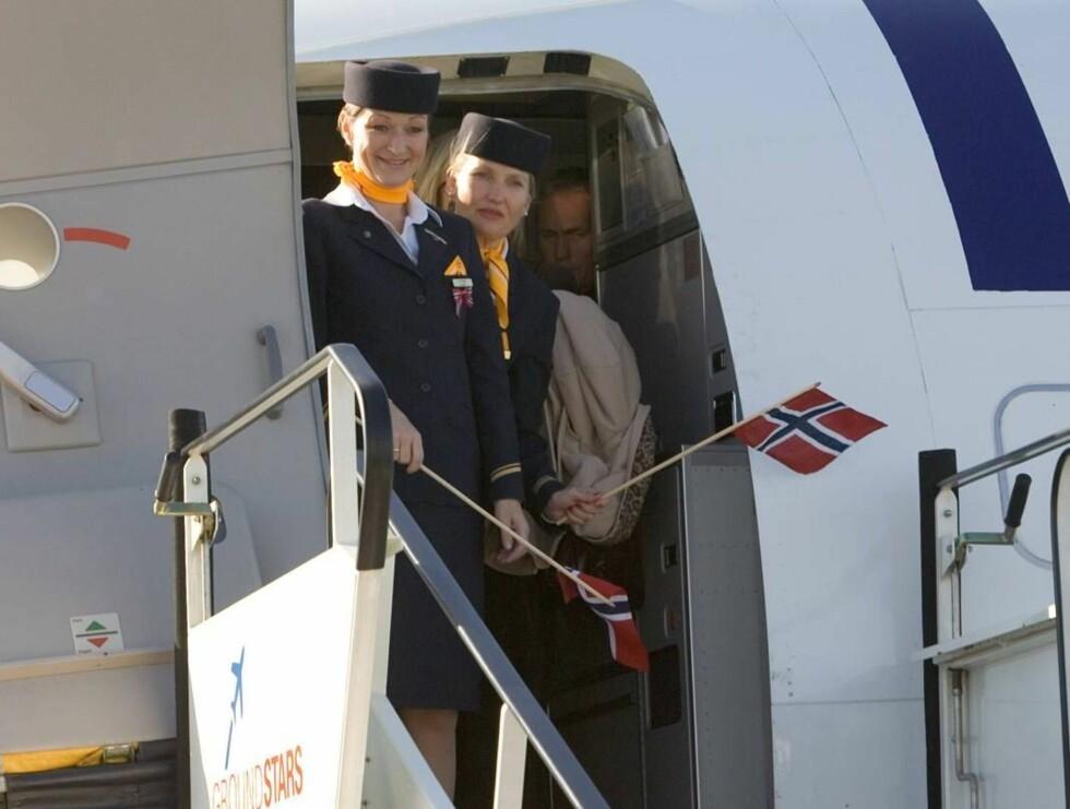 FLYVERTINNER MED FLAGG: Lufthansas flyvertinner vinket farvel til sin celebre gjest med norske flagg.  Foto: Antony Jones/All Over