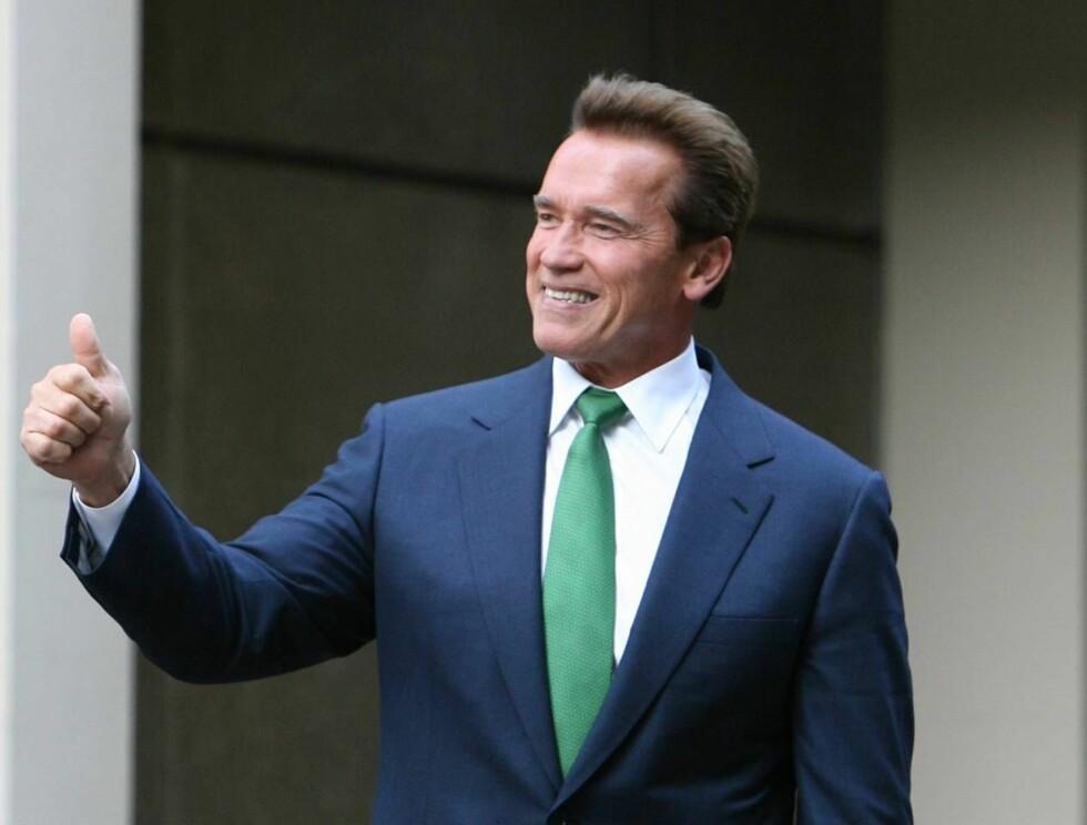 SMILER: Arnold mister nå pornokonkurrenten, og dermed må han drive valg-sirkuset i ensomhet. Noe han ikke har noe i mot. Foto: AP/Scanpix