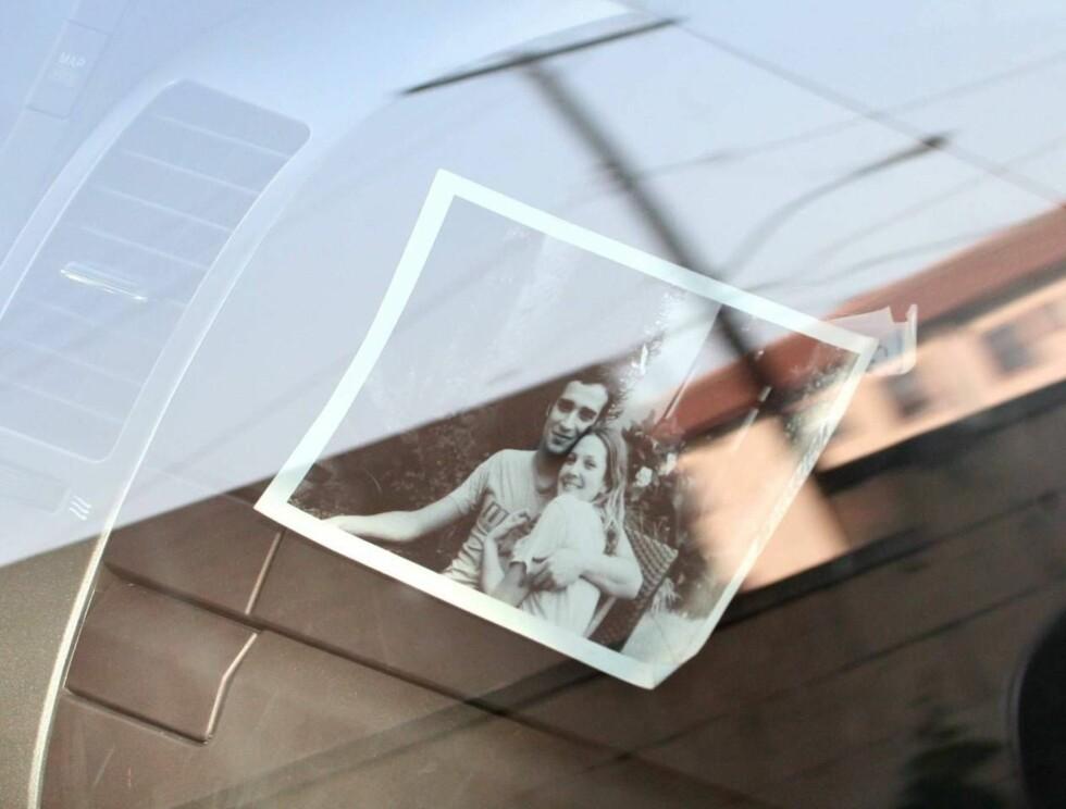 ROMANTISK: Dette bildet henger på Drews dashbord. Er det ikke søtt? Foto: All Over Press