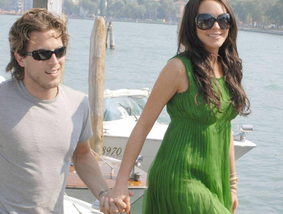 UT PÅ TUR: Lindsay hadde full kontroll på skjørtekanten da hun og kjæresten Harry Morton gikk ut i båten. Det var ikke like enkelt på vei opp igjen... Foto: Stella Pictures