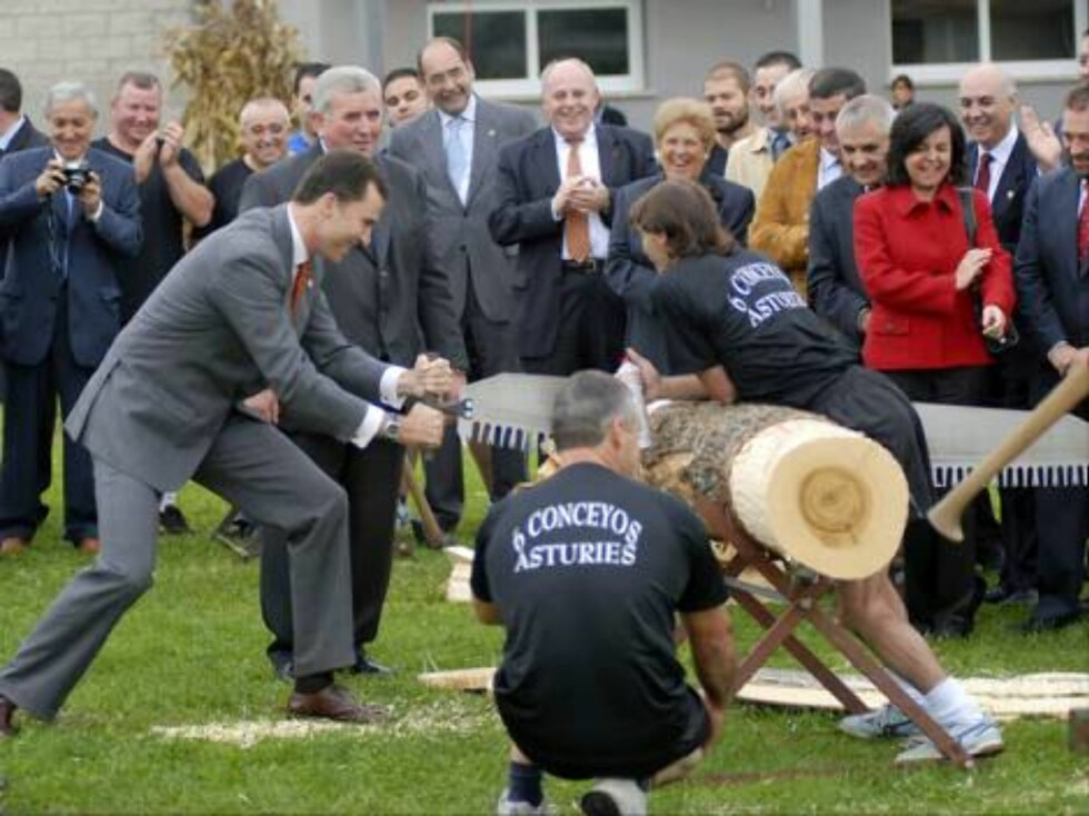 Sariego-Asturias 21/10/2006   The Prince Felipe de Borbon finish his visit to Asturias in the small village of Sariego, Exemplary Village 2006, where he practices the autochthonous sports like the sawing wood up. He meets with the inhabitants and also the Foto: Stella