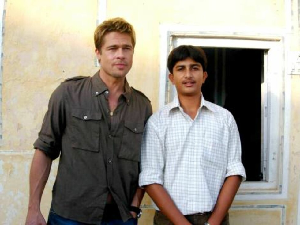Brad Pitt posing with crew member in India where the star is producing a movie starring his wife Angelina Jolie Oct 21, 2006 X17agency EXCLUSIVE Foto: All Over Press