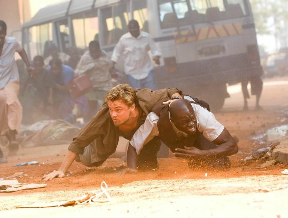 """SØKTE DEKNING: Leonardo Di Caprio og kollega Djimon Hounsou må ofte søke dekning i filmen """"Blood Diamond"""", men også i virkeligheten smalt det rundt ørene... Foto: Jaap Buitendijk"""