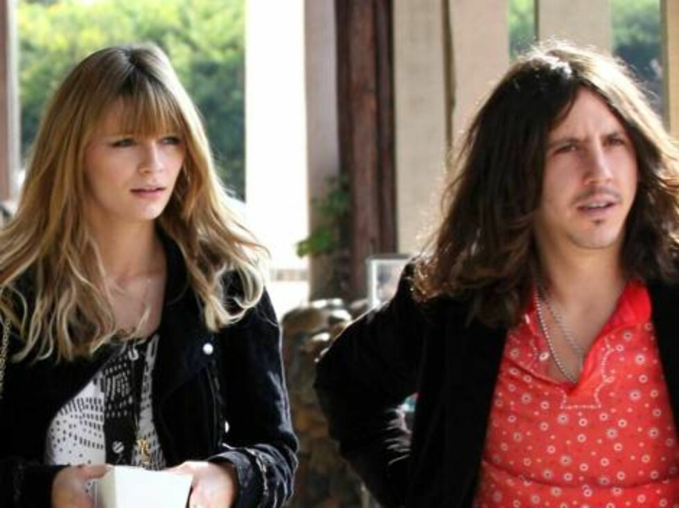 Mischa and Cisco look more and more alike with similar triangle hair in Malibu Oct 30, 2006 X17agency exclusive Foto: All Over Press