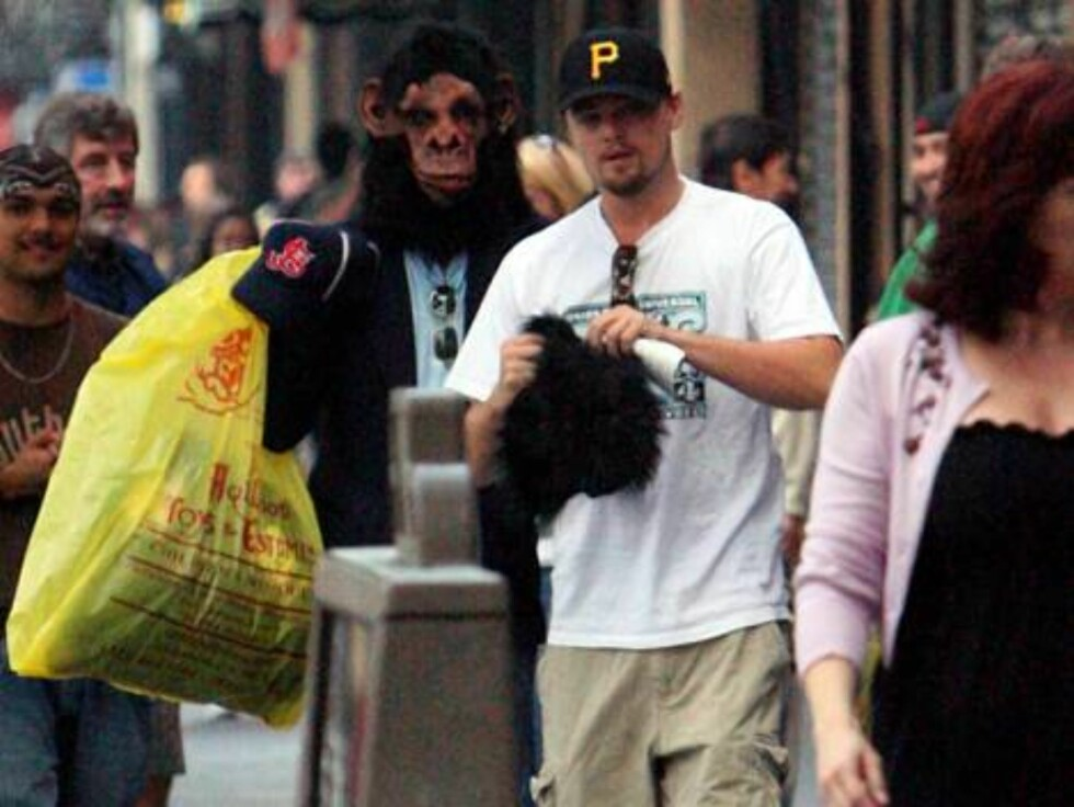 I guess we know what Leo's going to be for Halloween! Leonardo Dicaprio and some buddies went Halloween costume shopping at some stores on Hollywood Blvd today and obviously found what they were looking for. Leo's friend even came out of one store wearing Foto: FAME PICTURES