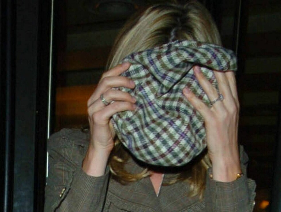 Rod Stewart seems to have lost Penny Lancaster as they leave Cipriani restaurant... and they wander off in opposite directions. For some reason Penny had covered her face with Rod's cap, so it's no surprise that she didn't know where she was going, London Foto: Stella Pictures