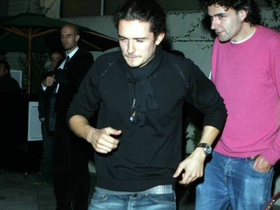 Orlando Blum without new love Penelope Cruz in Hollywood with friends but avoiding  the question from X17video cameraman about his new relation...Oct 24, 2006 X17agency EXCLUSIVE Foto: All Over Press