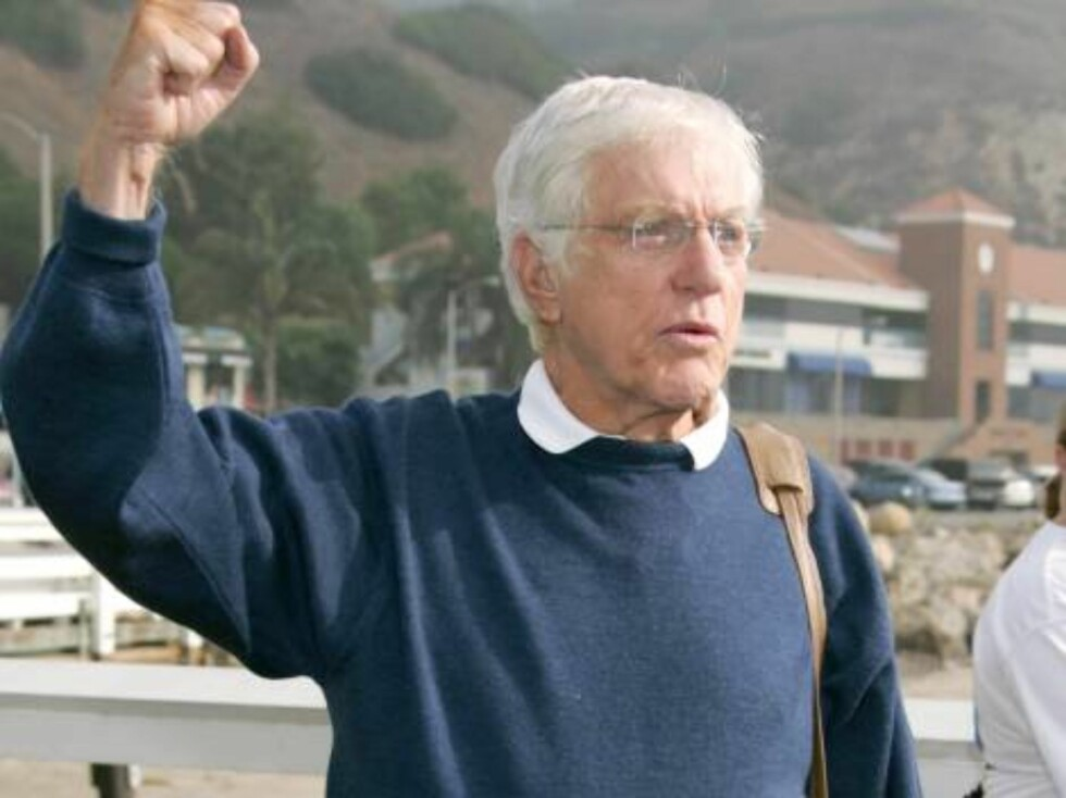 Dick Van Dyke at the A Day at The Beach and Paddle Out Protest, Malibu, California. October 22, 2006 . (Pictured:Dick Van Dyke)  Photo by Baxter/ABACAUSA Code:4001/A34393  COPYRIGHT STELLA PICTURES Foto: Stella Pictures