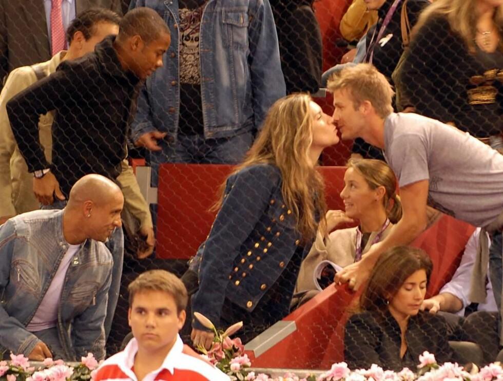 SMASK: Med Robinho og Roberto Carlos som tilskuere, planter Beckham et kyss på sistnevntes kjæreste. Foto: Stella Pictures