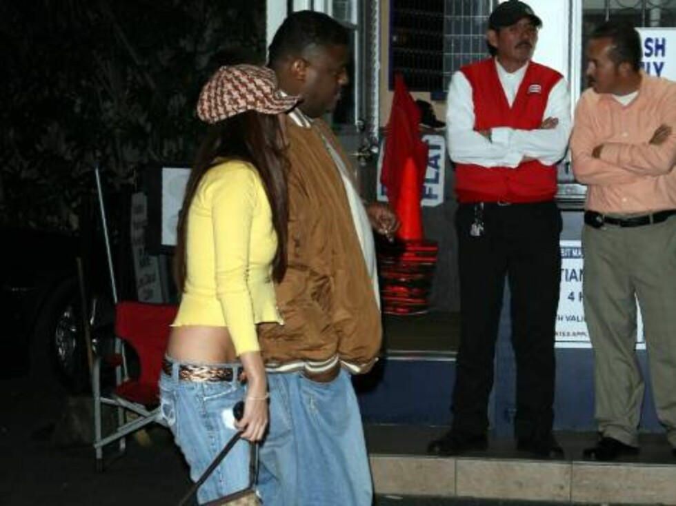 Kevin Federline hanging out with girls at Les Deux with bodyguard. Wife Britney is nowhere around...Oct 18, 2006 X17agency EXCLUSIVE Foto: All Over Press