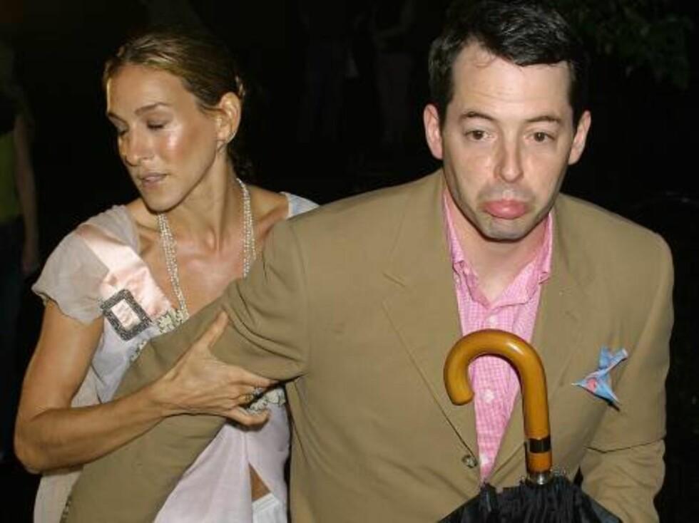 VÅTE I LUGGEN: Sarah Jessica Parker og ektemannen Matthew Broderick har paraply, men bruker den ikke. Foto: All Over Press
