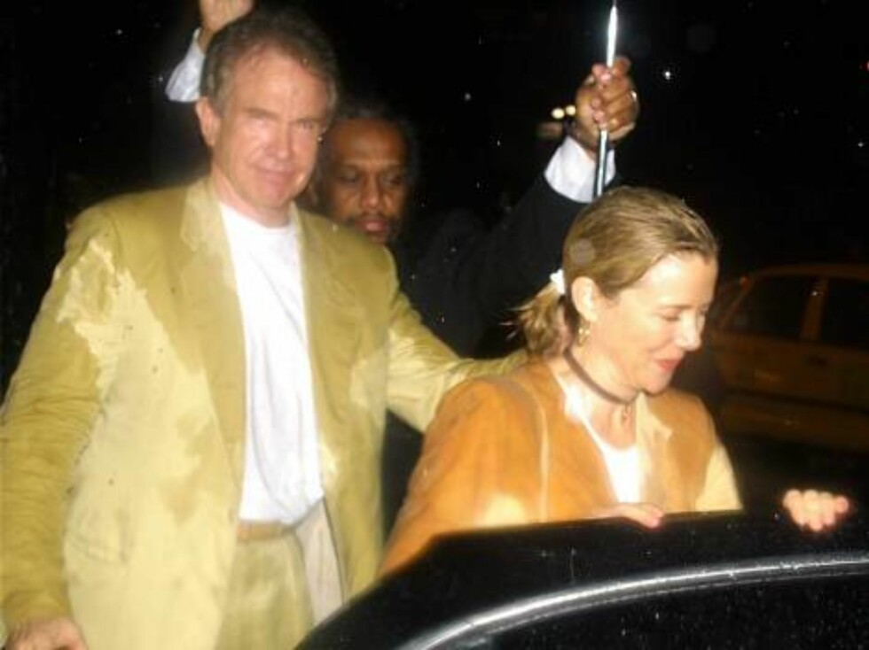 """393146 03:  ***EXCLUSIVE***  Husband and wife actors Warren Beatty and Annette Benning leave a rainy openning night of """"The Seagull"""" August 12, 2001 at the Delacorte Theatre in New York City's Central Park.  (Photo by George De Sota/Getty Images) /ALL OV Foto: All Over Press"""