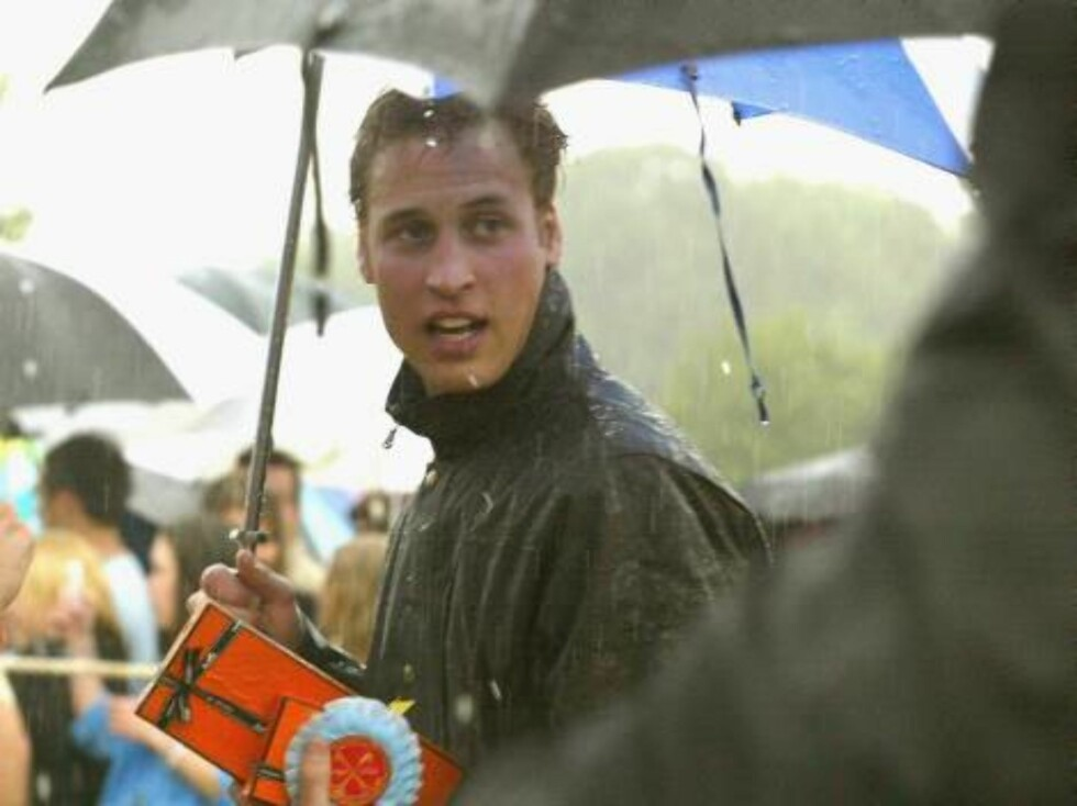 WILTSHIRE, ENGLAND - JULY 10:  HRH Prince William accepts his prize in the pouring rain in the annual Army v Navy match for the Rundle Cup at Tidworth Polo Club, on July 10, 2004 in Wiltshire, England.  (Photo by Carl De Souza/Getty Images) / ALL OVER PRE Foto: All Over Press