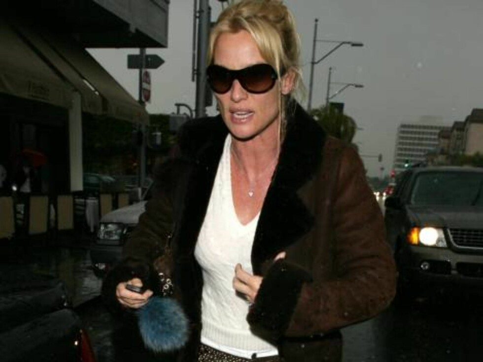 Nicolette Sheridan is so excited to get home to fiance Michael Bolton that she trips over the curb as she hurried to her car after lunch in Beverly Hills.  The Desperate Housewives star flashed her engagement ring as she rushed off.  March 28, 2006.  EXCL Foto: All Over Press