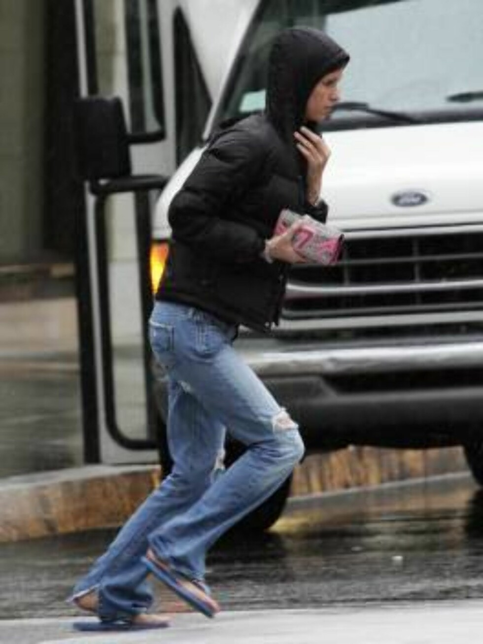 Code: X17XX8 - Ferderik Madison, Beverly Hills, USA, 11.02.2005: Nicky Hilton made a BIG purchase at Gucci during a shopping trip in the rain.  The younger Hilton wore rubber flip flops in the cold downpour and stood in the rian for a smoke before enterin Foto: All Over Press
