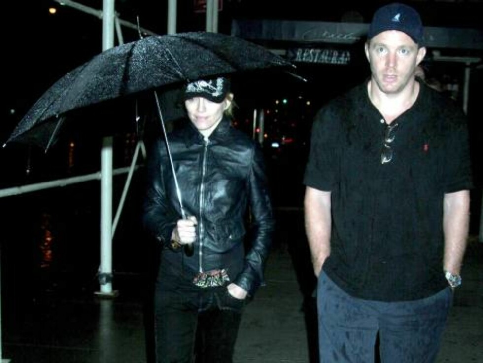 MADONNA and GUY RITCHIE are seen having a late-night (11:45pm) stroll in the rain near Central Park, on the eve of Madonna's opening night concert at Madison Square Garden. Central Park South New York, New York Tuesday, June 27, 2006 at appx 11:45pm X17 Foto: All Over Press