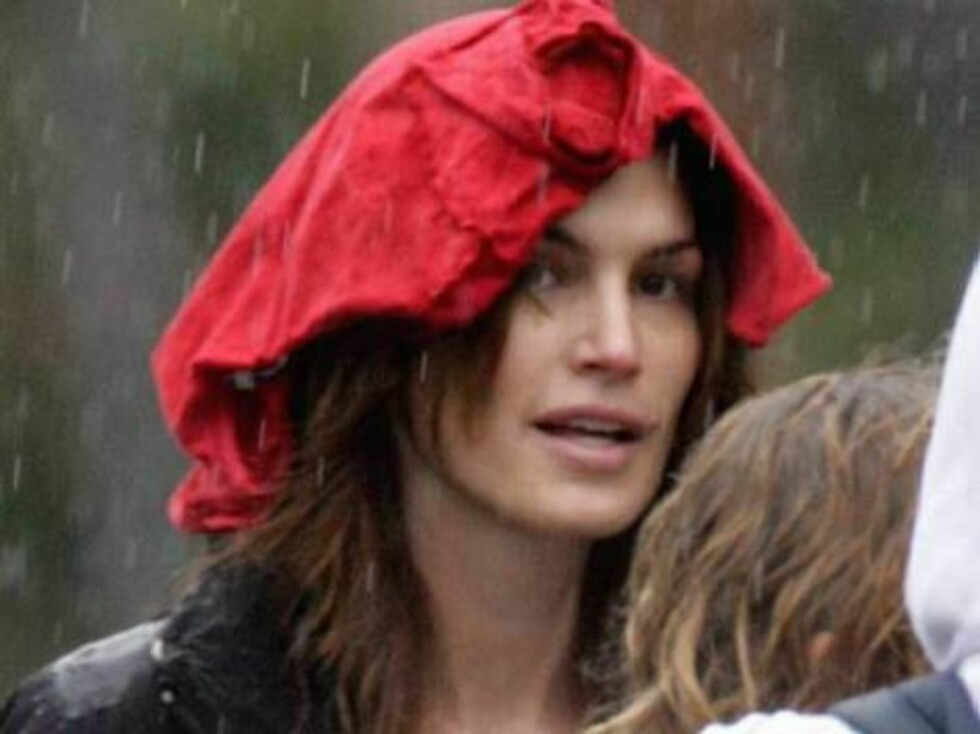 Code: X17XX8 - no code, Malibu, USA, 17.02.2005: Cindy Crawford and son Presley running in the rain in Malibu. Cindy uses her son's sweat shirt to protect her hair. All Over Press / X17 Agency       EXCLUSIVE / ALL OVER PRESS Foto: All Over Press