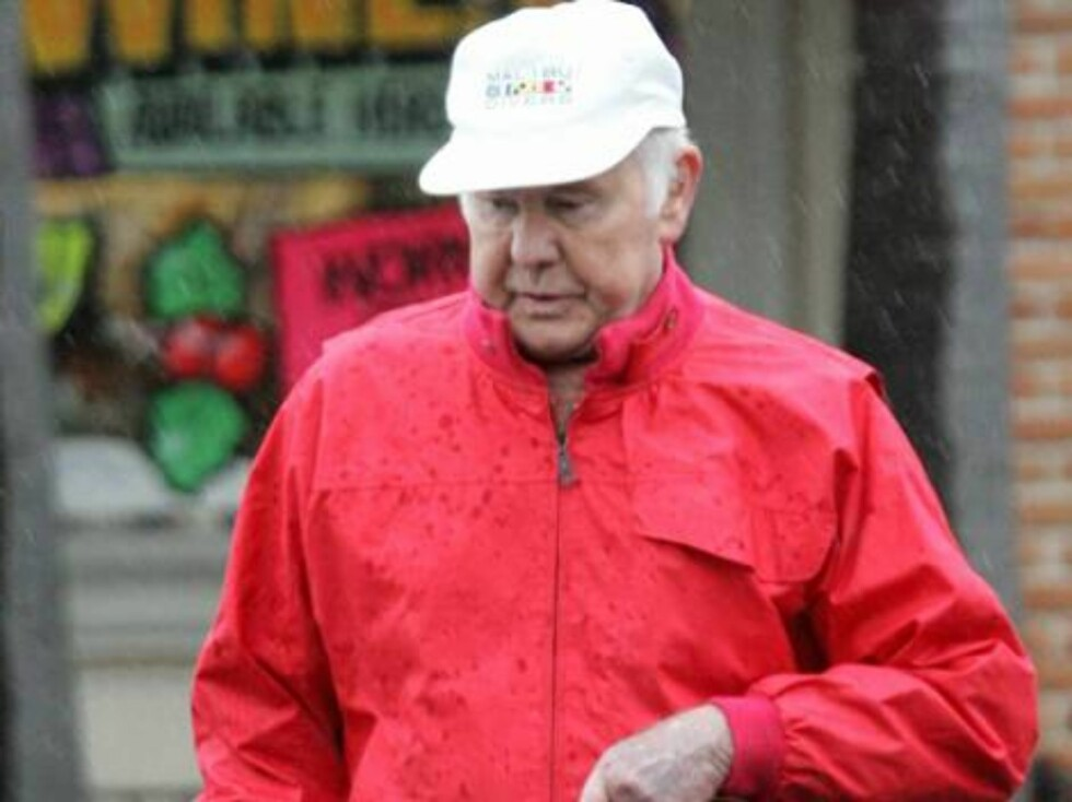 Code:X17XX8-Frederik Madison, 05.12.2004: The aging former Late Night show host Johnny Carson braves the California rain the get his medication at the drug store.  Carson was recently in the news for having donated USD 5.3 million (USD) to his alma mater Foto: All Over Press