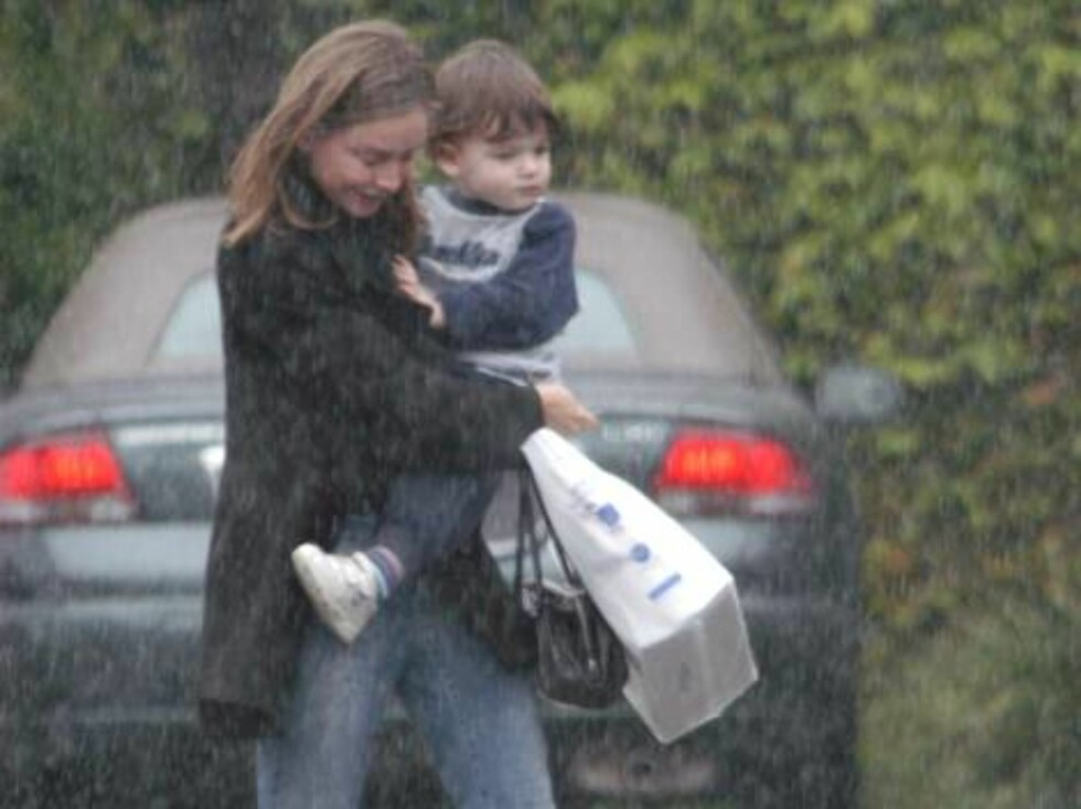 Calista Flockhart with Liam under pouring rain in Santa Monica march 16 2003 Excl X17agency / ALL OVER PRESS Foto: All Over Press
