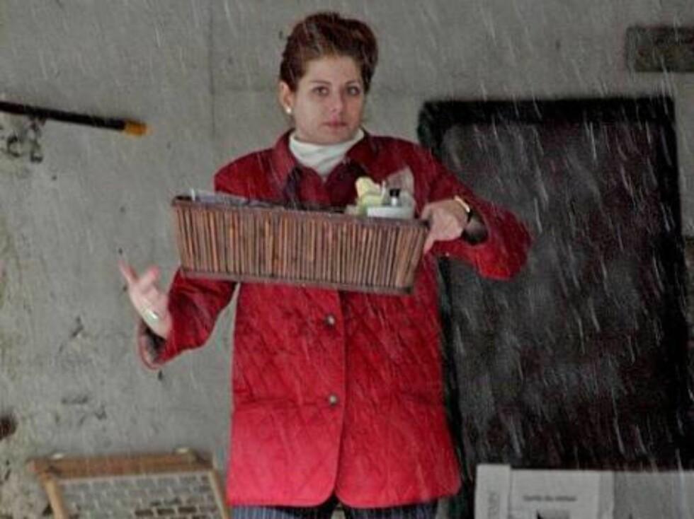 FANGET: Debra Messing skulle ønske hun hadde kommet seg ut av garasjen før regnet kom. Foto: Stella Pictures
